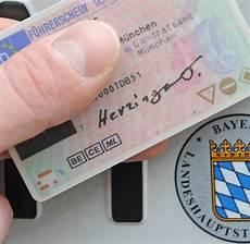 Wie Teuer Ist Ein Führerschein - adac vergleich beim f 252 hrerschein winken echte schn 228 ppchen