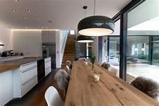 inneneinrichtung wohnzimmer holz esszimmer mit langer tafel k 252 che in 2019 wohn