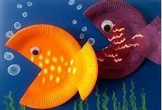 fische basteln mit kindern aus papptellern lassen sich kunterbunte fische basteln