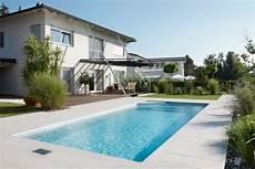 moderne gartengestaltung mit pool gartengestaltung poolhaus glas poolgarten holzhaus