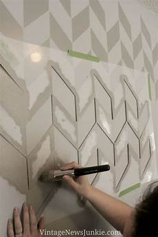 Wand Streichen Muster Ideen - how to paint a wall using a stencil herringbone pattern