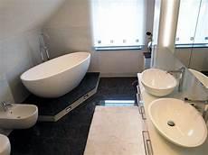 Kleines Badezimmer Mit Der Freistehenden Badewanne Piemont
