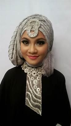 naveela muslimah make up pesta dengan aksesoris anting bulu