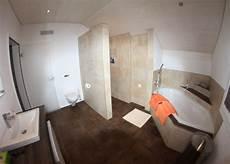 badezimmer fußboden bilder badezimmer mit graffiti dekor platten und exklusiver badewanne