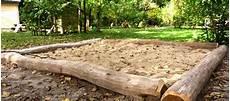 sandkasten aus baumstämmen bauen sandkasten diy familiengarten sandkasten garten