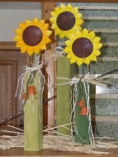 herbstdeko aus holz holzpfosten sonnenblumen herbst holzpfosten