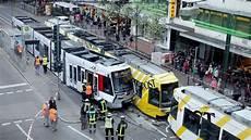 Unfall Düsseldorf Heute - 14 verletzte und verkehrschaos nach stra 223 enbahn unfall in