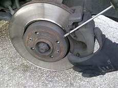 changer disque de frein clio 3 changer les plaquettes de frein avant sur renault scenic 3