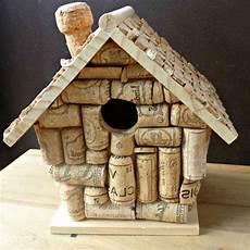 vogelhaus selber bauen aus korken auf den tisch stellen