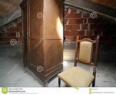 l antica soffitta guardaroba di legno e una sedia antica nella soffitta