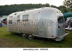 klassische amerikanische airstream wohnwagen stockfoto