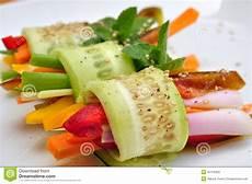 alimento vegano comida cruda vegano con el pepino pimienta cebolla
