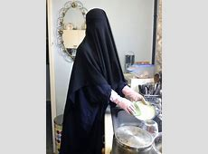 Proud Niqabi cleaning her house   Arab girls hijab, Niqab