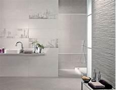 mattonelle bagni moderni bagno in bianco con inserti mosaici bagni nel 2019