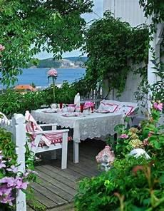 große terrasse gemütlich gestalten mediterrane terrasse mit meerblick gestalten wei 223 e st 252 hle tischdecke floral terrasse garten