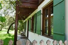 Häuser Mit Fensterläden Bilder - haus mit gr 252 nen fensterl 228 den foto bild