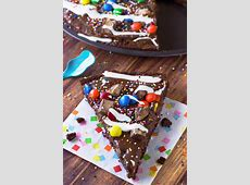 peanut butter banana brownie pizza image