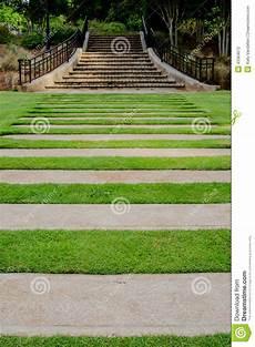 gehwege im garten rasen gehweg zum im garten zu arbeiten treppe stockfoto
