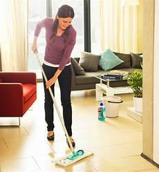 wohnung putzen wie oft einmal in der woche bad und b 246 den putzen und staubwischen