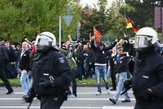 Verurteilt Angriffe Auf Presse Und Polizei