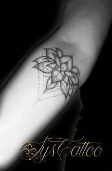 tatouage avant bras femme fleur de lotus et triangles