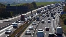 stau a5 frankfurt a5 unfall sorgt f 252 r gro 223 en stau zwischen frankfurt und