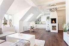 wohnzimmer mit küche ideen skandinavischer wohnstil und wohnzimmer mit dachschr 228 ge dachboden ausbau wei 223 e wohnung