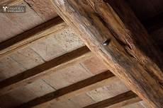 soffitto travi casale tipico con uliveto in vendita a todi