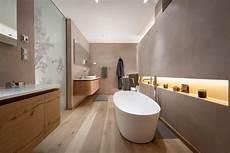 Modernes Badezimmer Mit Freistehender Badewanne In Einem