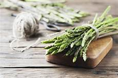 come pulire e cucinare gli asparagi selvatici come raccogliere e cucinare gli asparagi selvatici sale pepe