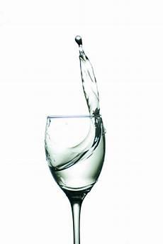 fotos auf glas glas mit dem wasser getrennt auf einem wei 223 en hintergrund