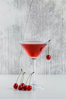 fotos auf glas kirschsaft in einem glas mit kirschen seitenansicht auf
