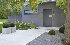 hauseingang neu gestalten conceo sichtbeton grau tocano podestplatte vorgarten