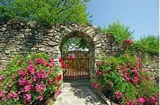 bepflanzung vor einer mauer steinmauer im garten 187 materialien bauoptionen pflanzen
