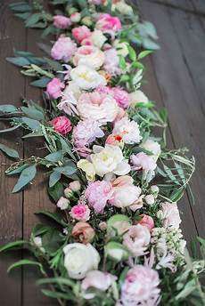 composition florale chemin de table wedding fleurs