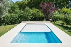 couverture piscine pas cher piscines coque polyester avec couverture automatique