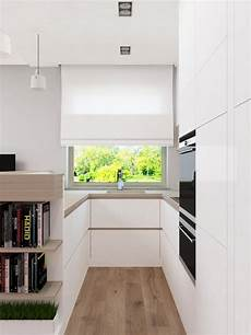 biała kuchnia z drewnianym blatem na projekty wnętrz