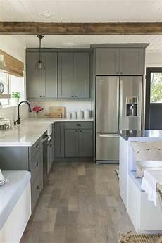 sol en parquet gris couleur mur cuisine meubles gris