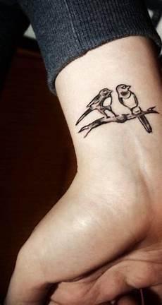 tatouage poignet oiseau 200 tatouages d oiseaux et leur signification