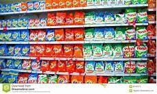 scaffali supermercato scaffali supermercato con i detersivi immagine
