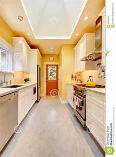 armadietti cucina ingiallisca la cucina con gli armadietti e la stufa