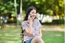 Souriant Femme Parlant Au T 233 L 233 Phone Portable Dans Le