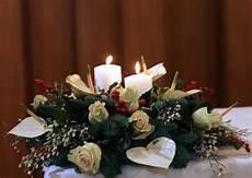 composizioni con candele consegna centrotavola natalizio con bianche
