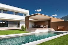 moderne gartengestaltung mit pool massivbau holz alufenster moderne l form moderne