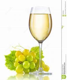 verre vin blanc verre de vin blanc et un groupe de raisins m 251 rs d isolement image stock image du alcool
