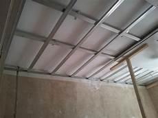 Trockenbau Decke Abhängen - trockenbau gerade decken durch unterkonstruktion und