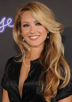whitney duncan sexy long wavy hairstyle with bangs