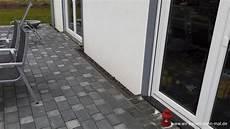 kiesstreifen ums haus ein steinstreifen als spritzschutz f 252 r die hausfassade