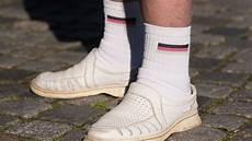 sandalen mit socken tragen sie im urlaub niemals wei 223 e socken mit sandalen