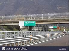 ende einer autobahn italian toll road stockfotos italian toll road bilder